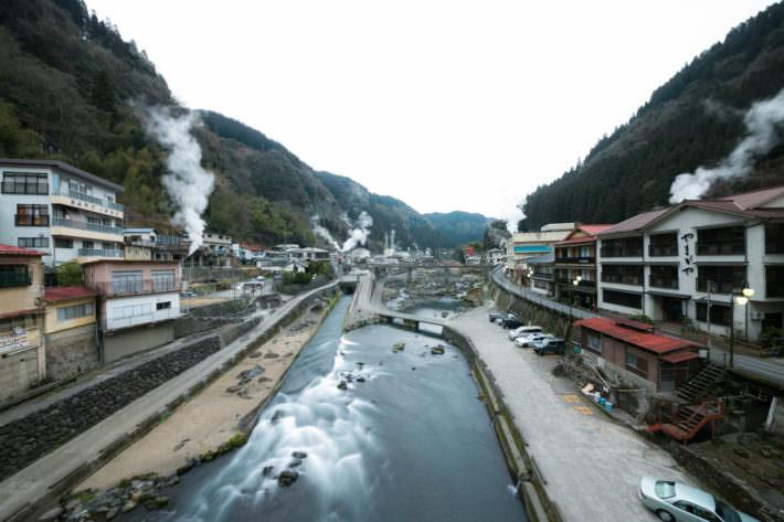昭和の薫りが今も煙る。 杖立温泉はお湯が自慢の温泉街。 山道を抜けて杖立川の渓谷が見えると、川を挟んだ町のあちらこちらからのぼり立つ湯けむり。美しい川のせせらぎが旅情をかきたてます。